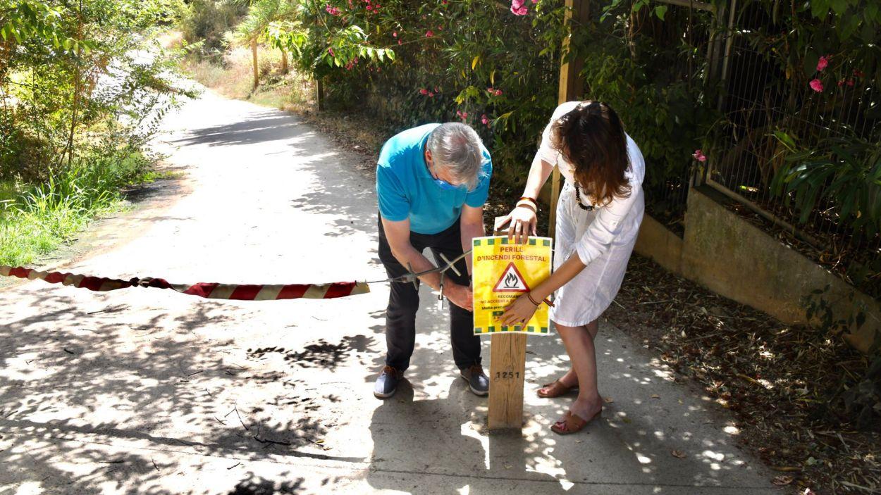 Els regidors Francesc Carol i Alba Gordó col·locant un avís de perill d'incendi / Foto: Ajuntament de Sant Cugat