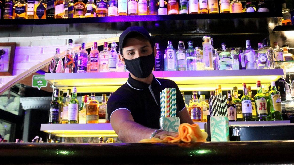El treballador d'un local d'oci nocturn a la barra / Foto: ACN