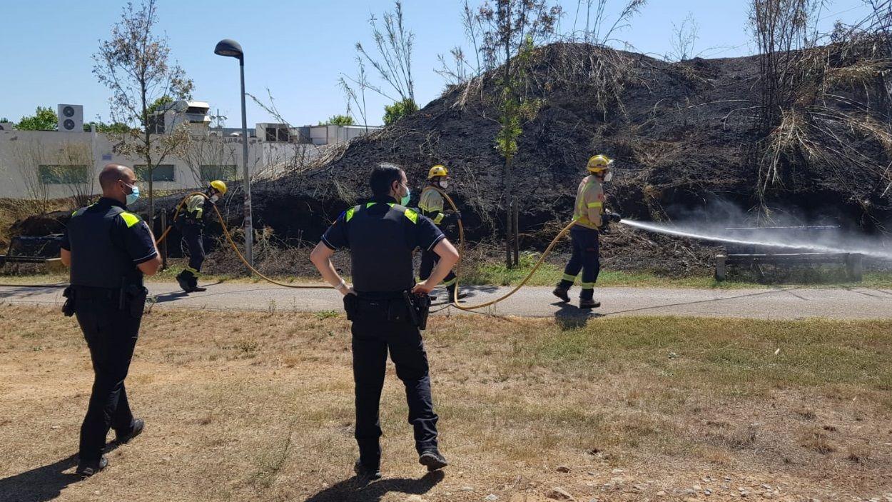 Imatge dels equips d'emergència treballant per extingir el foc / Foto: Ajuntament de Sant Cugat