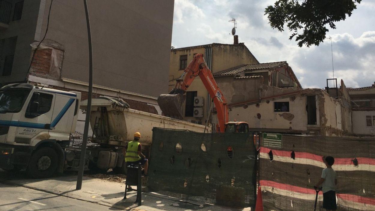 Els treballadors durant l'enderrocament de l'edifici al carrer de Francesc Moragas / Foto: Cugat Mèdia