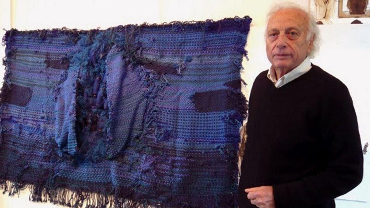 Josep Grau Garriga davant un dels seus famosos tapissos / Foto: Ajuntament Sant Cugat