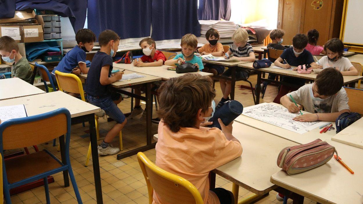 La mascareta continua sent d'ús obligatori dins l'aula / Foto: ACN