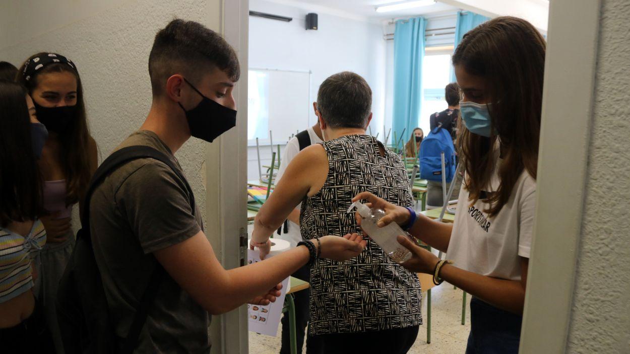 Les mesures sanitàries que es fan a un institut durant la pandèmia, en una imatge d'arxiu / Foto: ACN