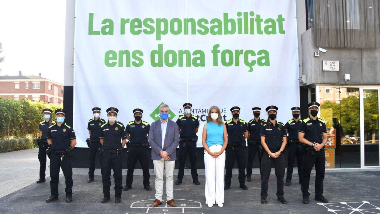 Els nous agents, amb l'alcaldessa, Mireia Ingla, i el regidor de Seguretat Ciutadana, Francesc Carol / Foto: Localpres