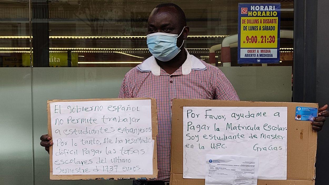 Michael Efeturi, a la porta del Mercadona del carrer Valldoreix / Foto: Cedida