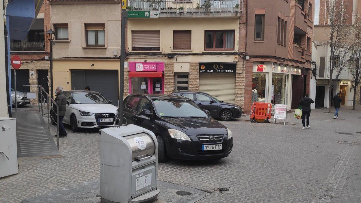 Cotxes aparcats al carrer de Valldoreix, vianantitzat / Foto: Twitter @CarlotaJaume