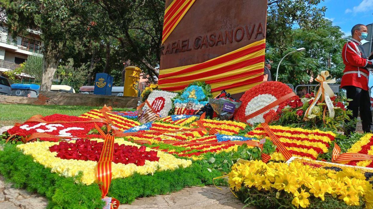 Imatge de l'ofrena floral a Rafael Casanova / Foto: Cugat Mèdia