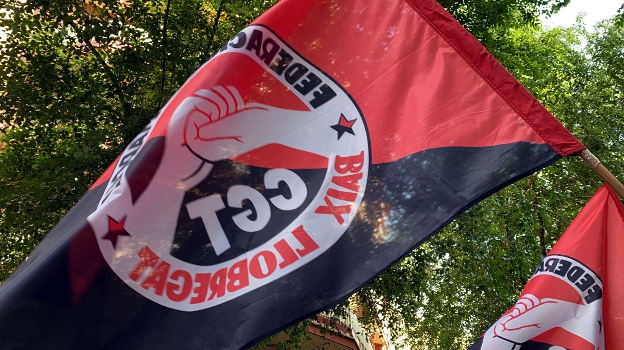 Pla detall d'una bandera de la CGT a una manifestació / Foto: ACN (Marta Casado)