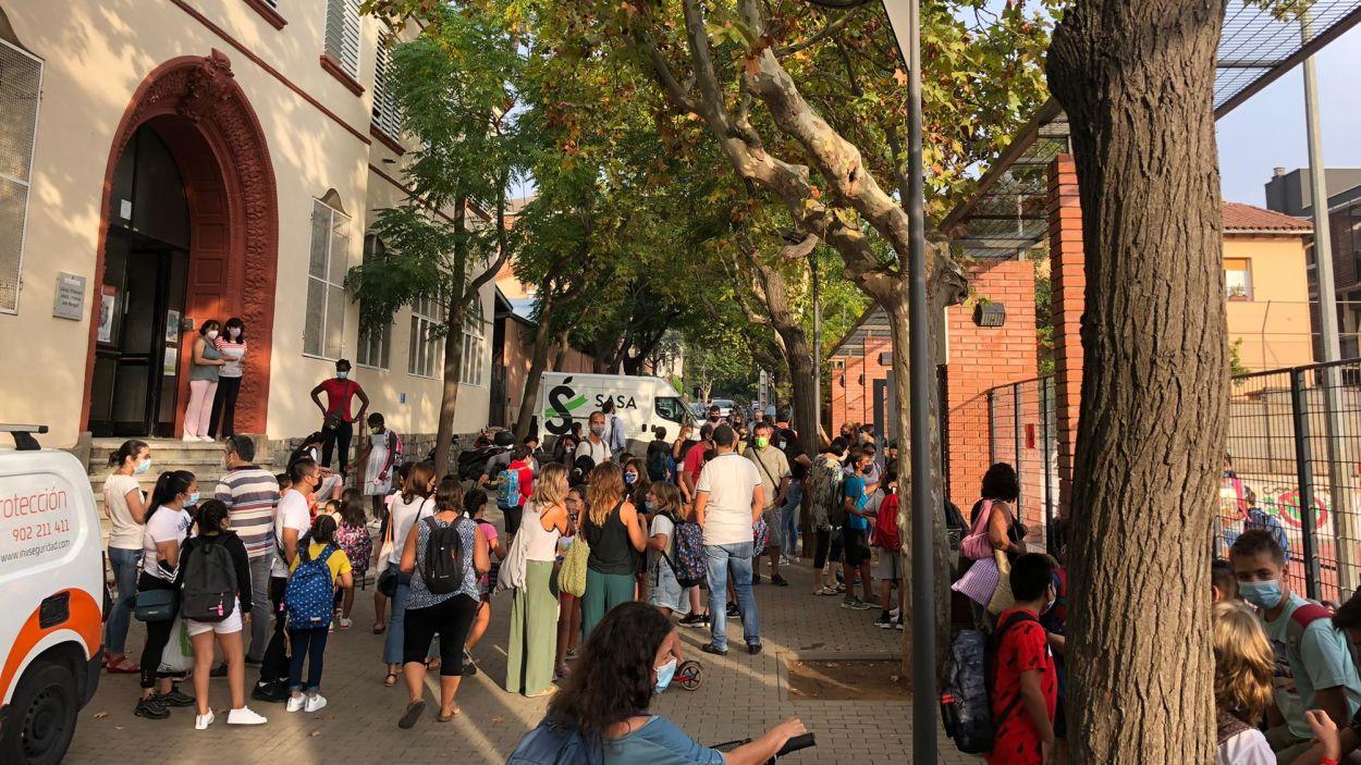 Imatge de l'entrada a l'escola Joan Maragall, el primer dia de curs / Foto: Cugat Mèdia
