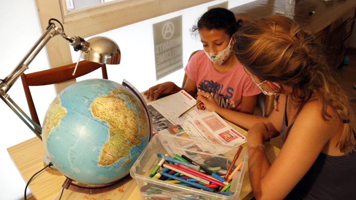 La família pot acompanyar l'alumne quan fa els deures / Foto: ACN