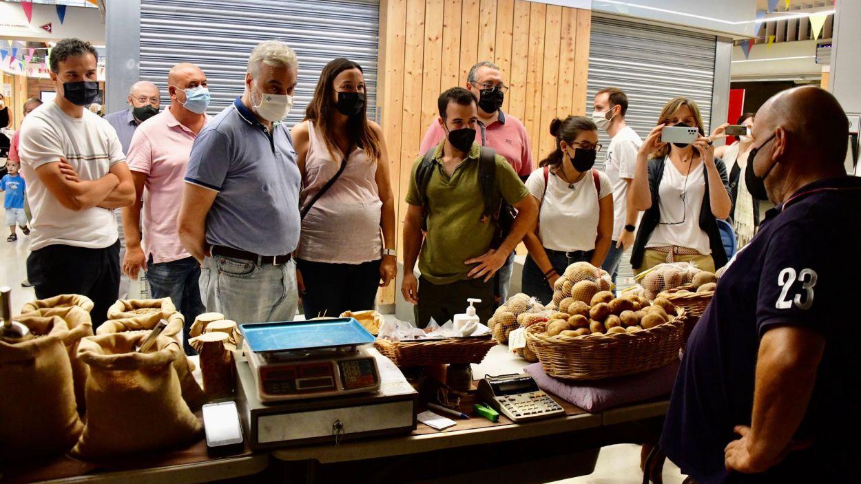 Membres de l'equip de govern han visitat aquest dissabte el mercat de pagès de Volpelleres / Foto: Localpres