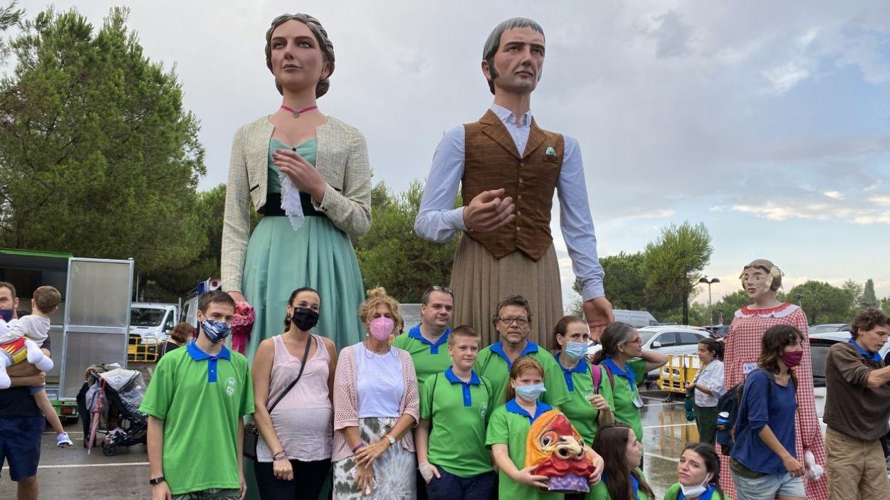 Foto de família amb els gegants / Foto: Cugat Mèdia