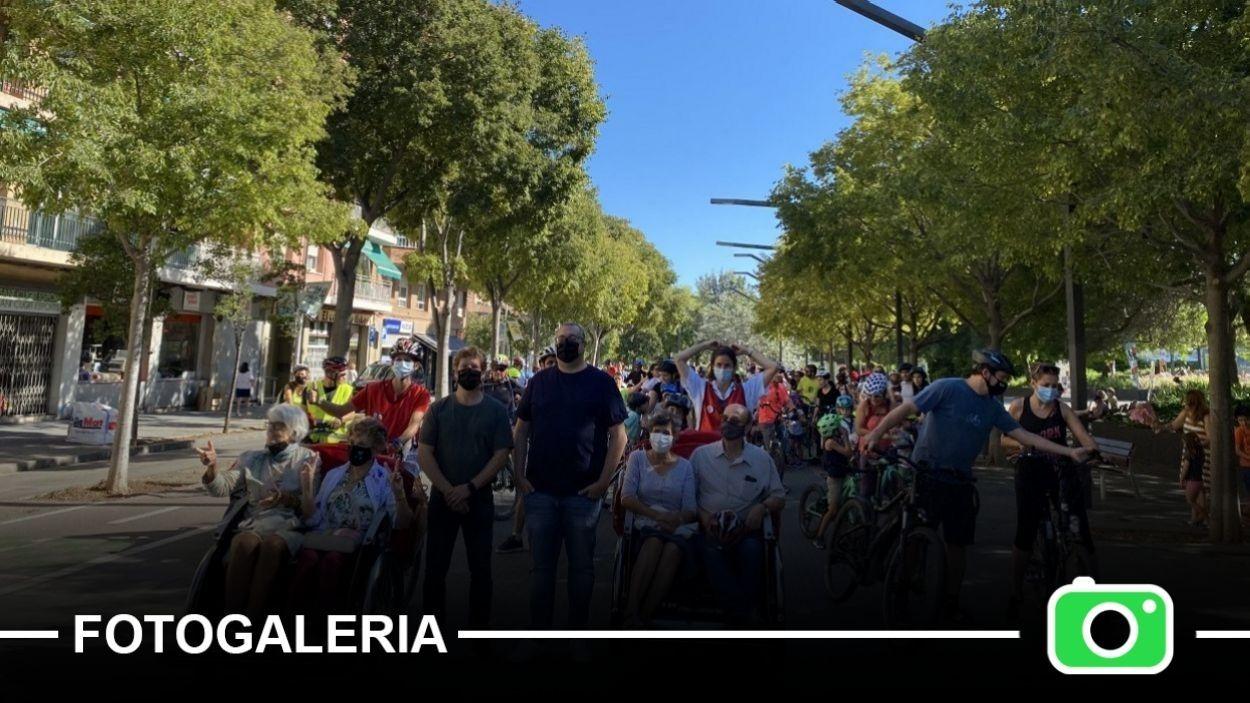Pere Soler i José Gallardo, amb els ciclistes just abans de la sortida / Foto: Cugat Mèdia