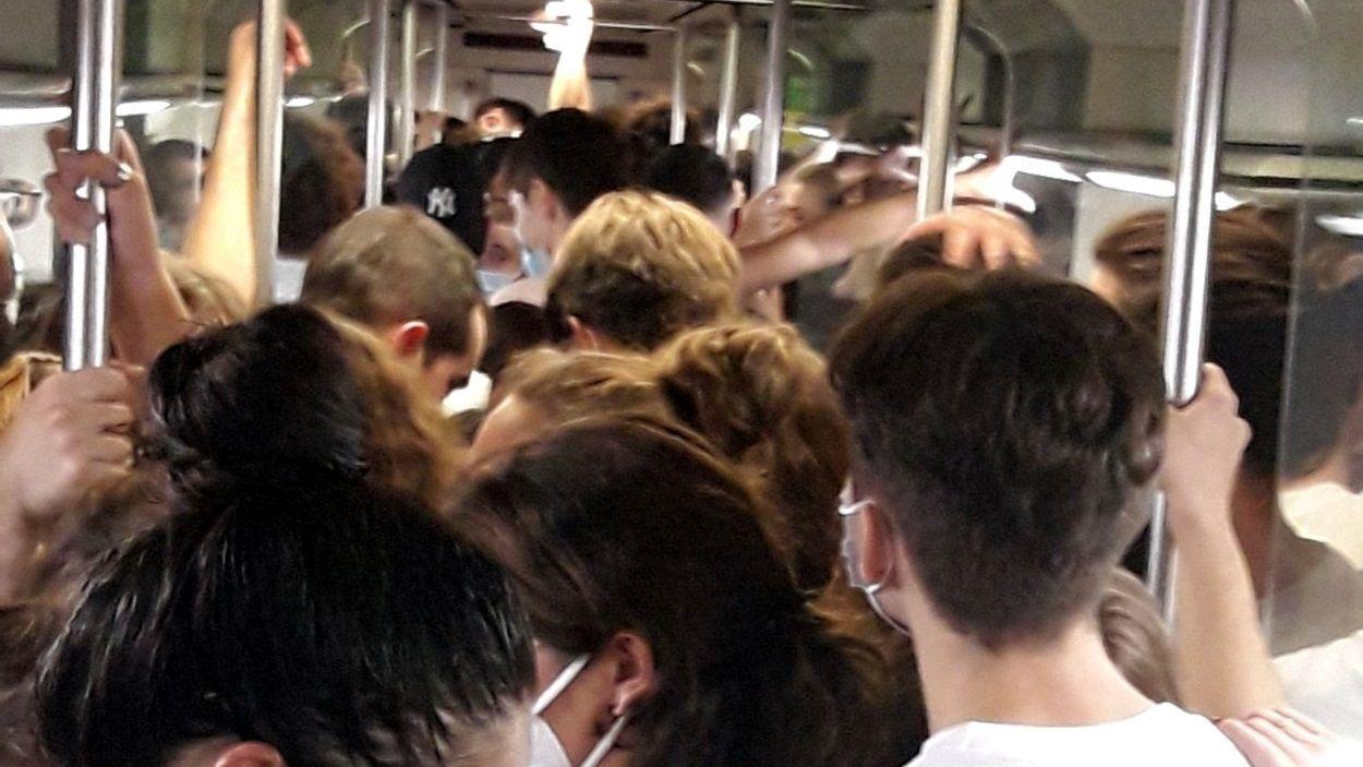 Imatge de l'interior d'un dels trens de FGC la nit d'aquest divendres / Foto: ACN