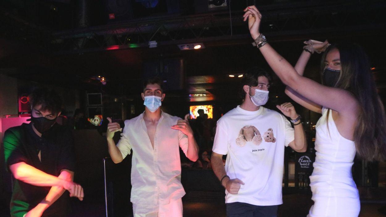 Un grup de joves ballant en una discoteca amb mascareta / Foto: ACN