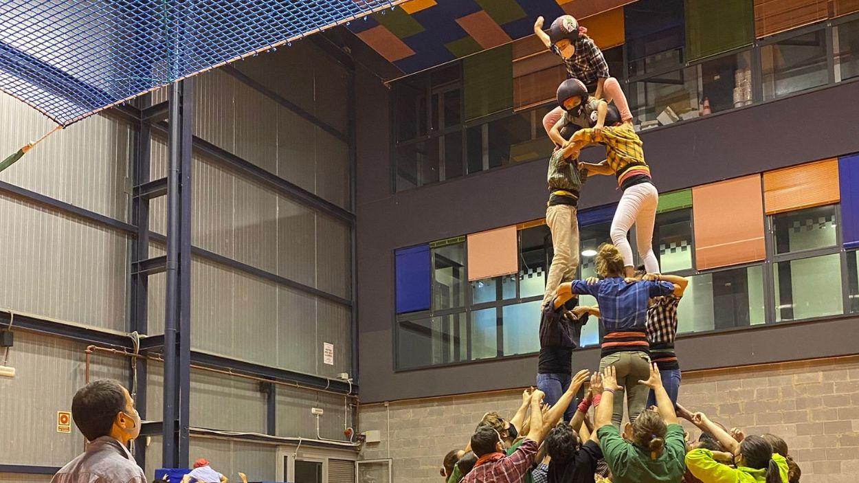 Els Castellers de Sant Cugat a la sala Canigó / Foto: Twitter Gausacs