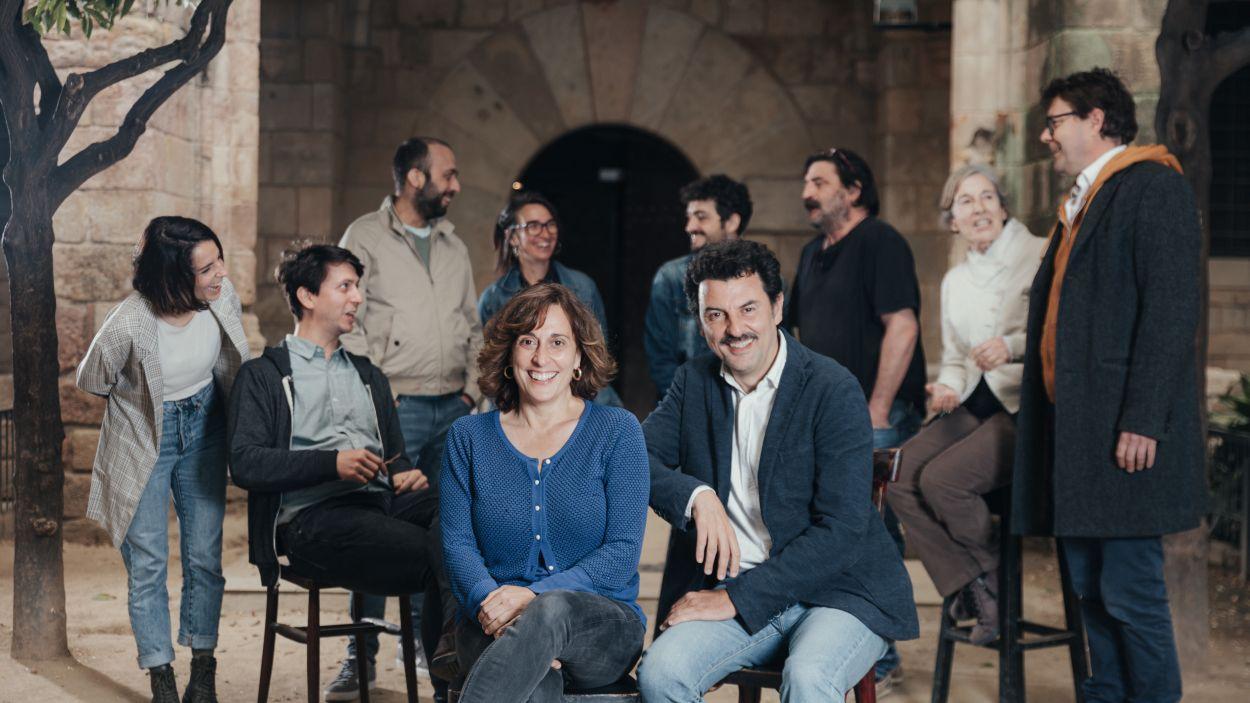 Clara Segura i Enrico Lanniello, amb la resta de la companyia de La Perla 29 per al muntatge ''Filumena Marturano' / Foto: ACN