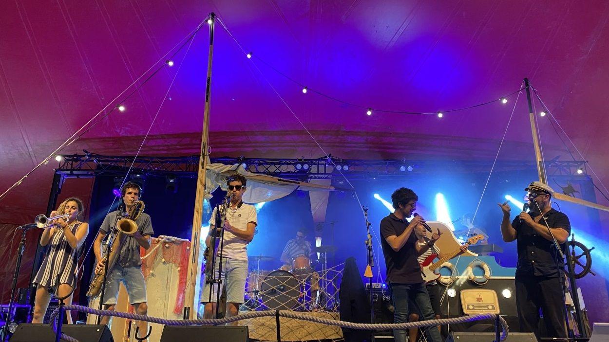 El concert de Reggae per Xics a l'escenari de Petits Camaleons / Foto: Cugat Mèdia