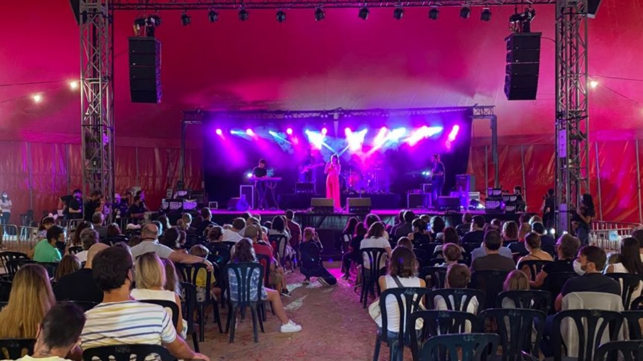 Queralt Lahoz durant la seva actuació dins d''Amb les cançons no s'hi juga' / Foto: Cugat Mèdia
