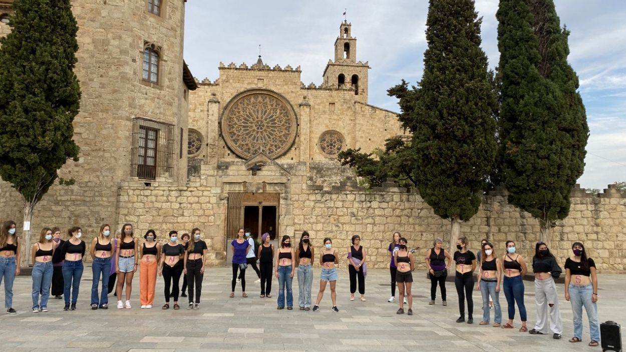 Les manifestants d'Hora Bruixa s'han escrit les lletres de la frase 'Avortament per a totes' a la panxa / Foto: Cugat Mèdia