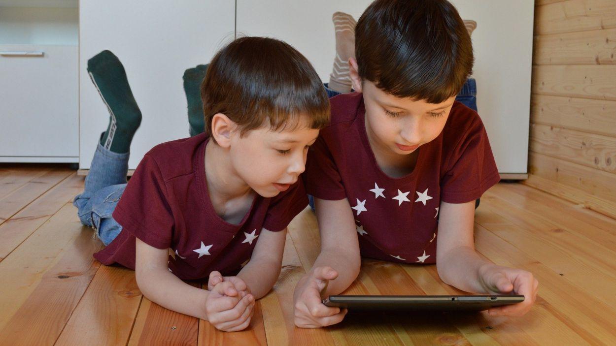 Nens mirant contingut en una tauleta / Foto: Pixabay @Victoria_Borodinova