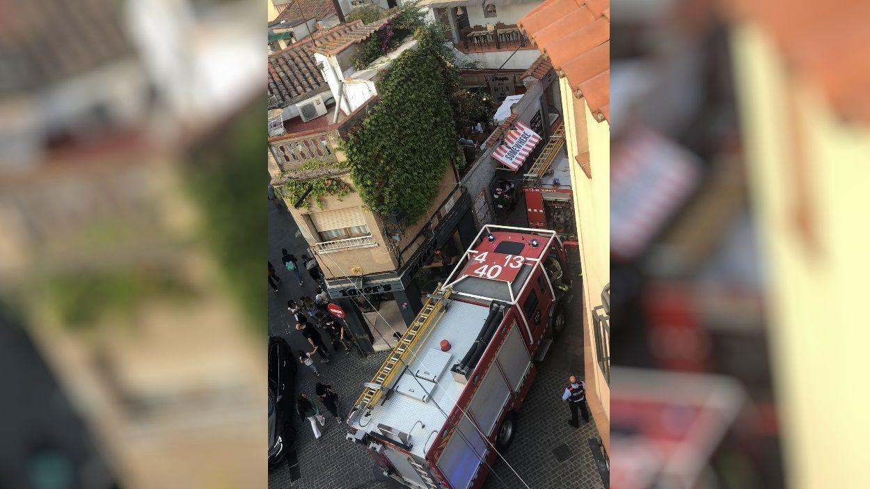 Dues dotacions de bombers han acudit al local comercial del carrer Valldoreix on s'ha produït l'incendi /Foto: Cedida