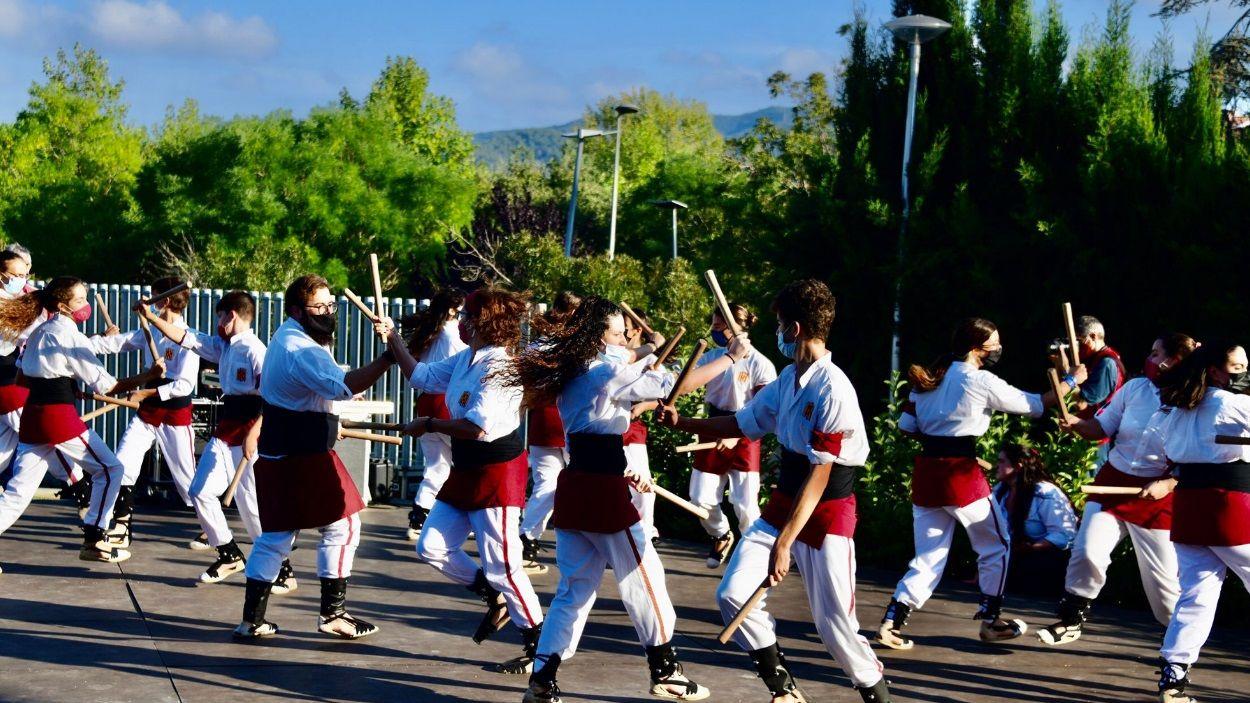 Un moment de l'actuació dels Bastoners de Sant Cugat durant la Festa Major del Monestir - Sant Francesc / Foto: Localpres