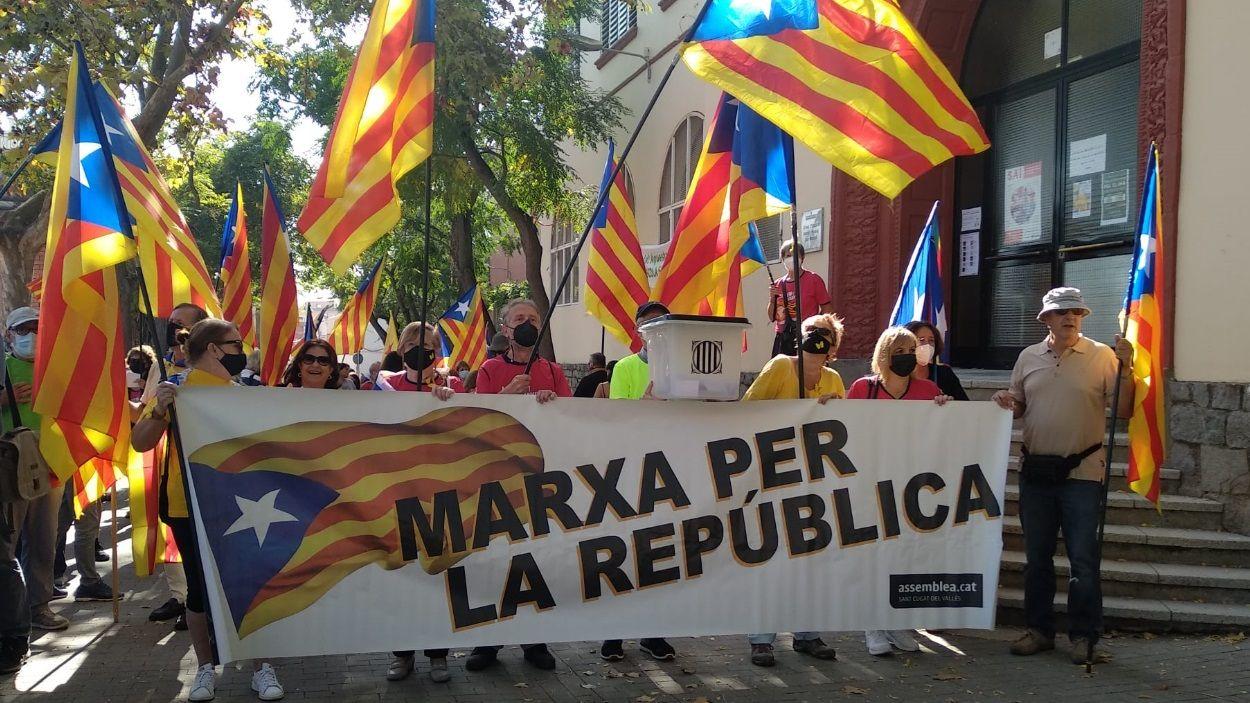 Moment de la sortida de la Marxa per la Llibertat davant l'escola Joan Maragall / Foto: Cugat Mèdia