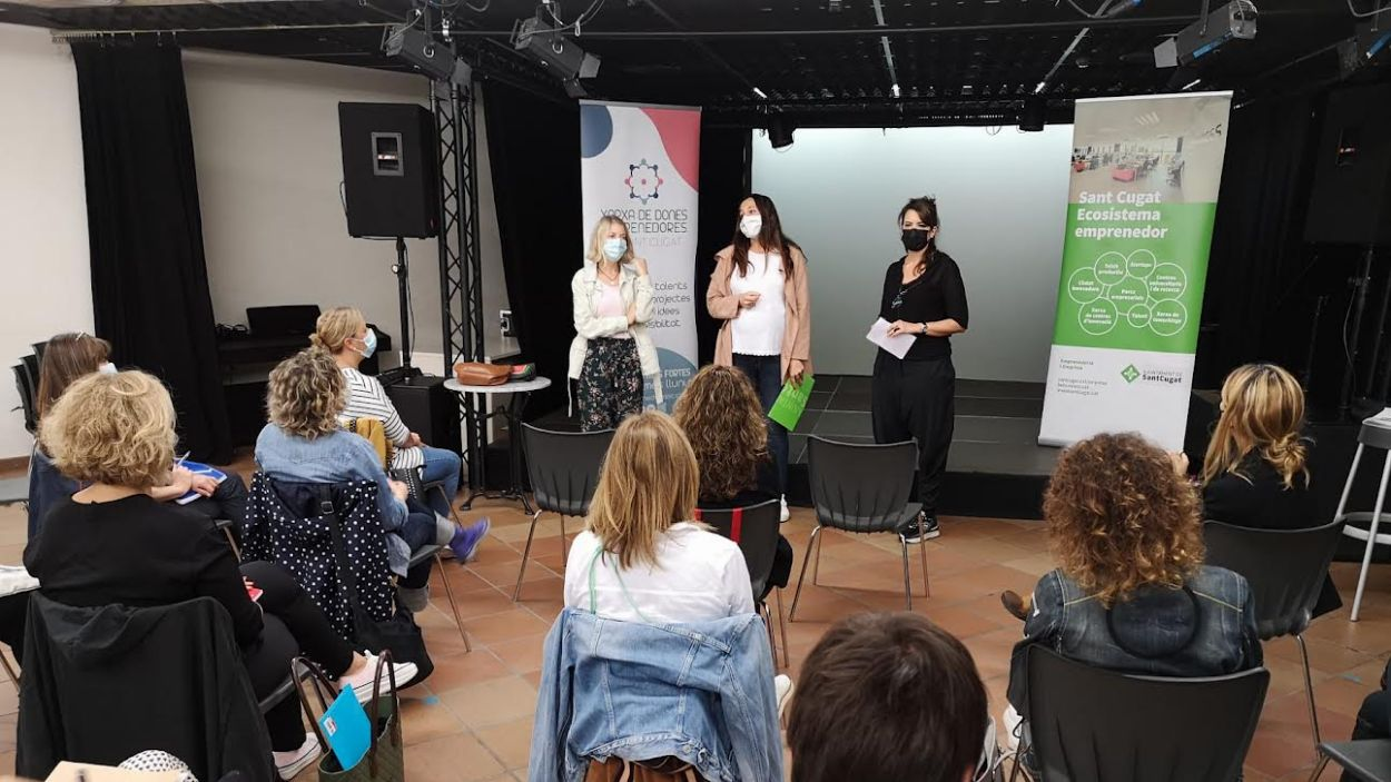 Elena Vila, regidora de Promoció Econòmica (centre), al costat de Marta Fàbregas, presidenta XDESC (dreta) i Rosa Feijóo, consultora i directora del Take Off, a la presentació del programa  / Foto: Cugat Mèdia