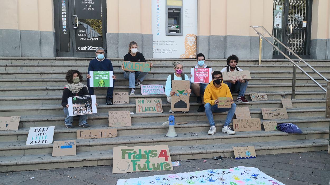 El col·lectiu Fridays for Future s'ha reuint a la plaça Lluís Millet després d'un any d'aturada a causa de la Covid / Foto: Cugat Mèdia