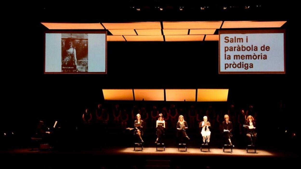 Les sis actrius durant el recital poètic / Foto: Localpres