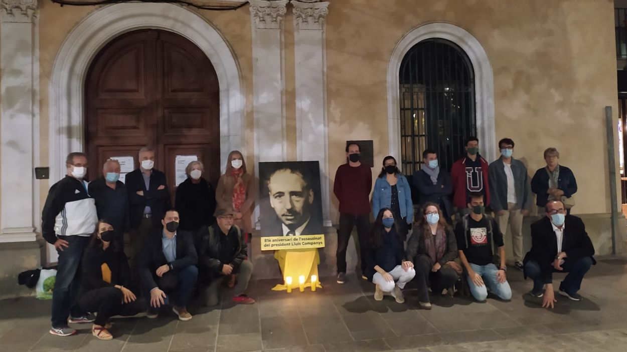 Membres d'ERC-MES i de les Joventuts d'ERC a l'homenatge / Foto: Cugat Mèdia