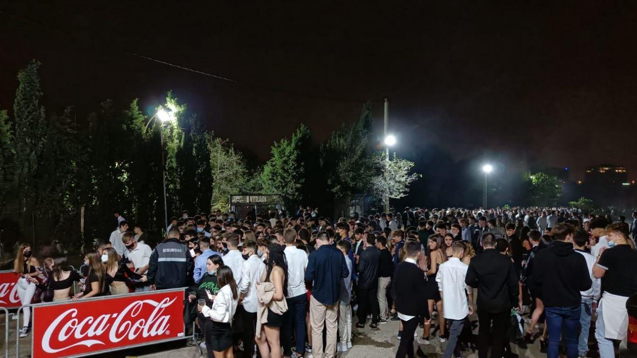 Centenars de persones fent cua en el moment que s'han obert les portes de les carpes / Foto: Cugat Mèdia