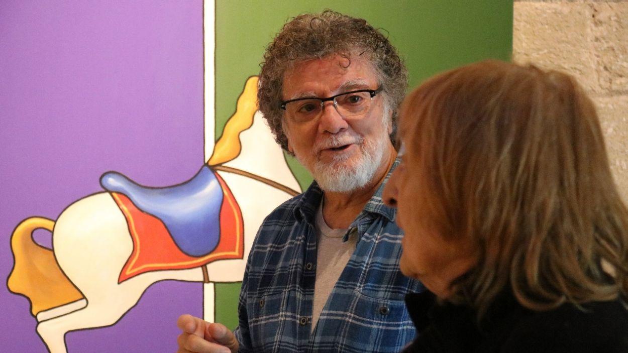 Lluís Ribas i Marta Pessarrodona, davant d'un dels quadres / Foto: ACN
