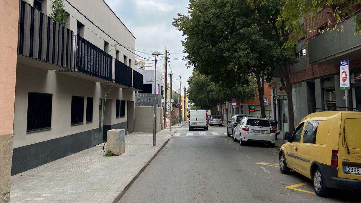 L'edifici de l'esquerra és el que no té electricitat i a través del cable verd es connecta a un veí de l'altra banda del carrer / Font: Cugat Media
