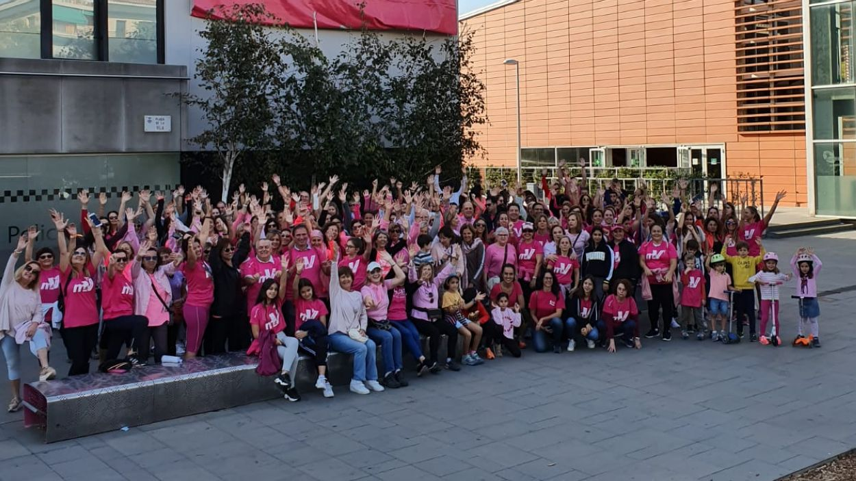 Les dones de l'associació celebrant el Dia Mundial contra el Càncer de Mama / Foto: cedida