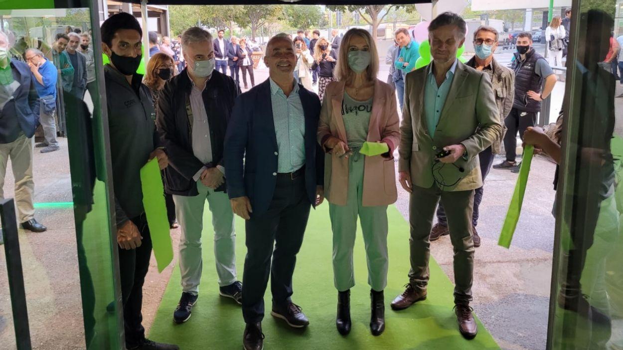 L'alcaldessa, Mireia Ingla, el regidor d'Esports, Francesc Carol, i els propietaris del gimnàs / Foto: Ajuntament de Sant Cugat
