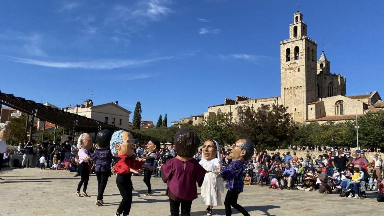 Els Caparrots han ballat a la plaça de l'U d'Octubre / Foto: Cugat Mèdia