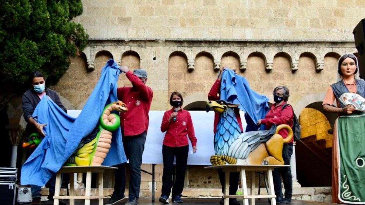 El moment en què els Geganters de Sant Cugat han descobert les dues noves figures / Foto: Localpres