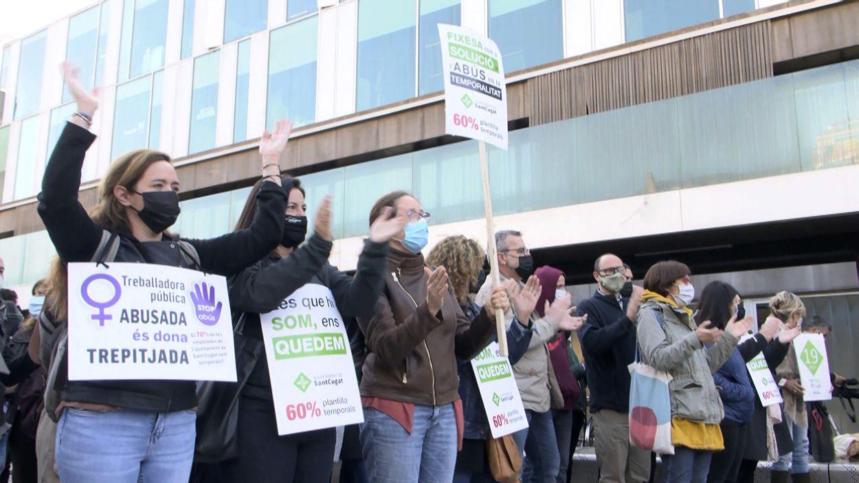 La vaga al sector públic es fa notar a Sant Cugat amb una concentració dels treballadors municipals interins