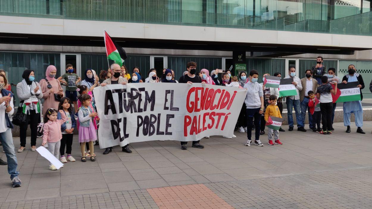 Un centenar de persones s'han reunit per demanar la fi de la invasió que pateix Palestina / Foto: Cugat Mèdia