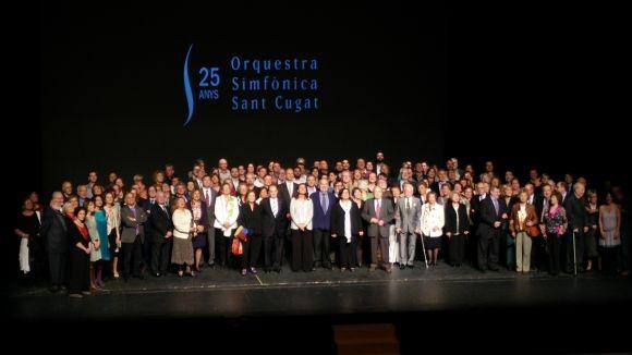 Els assistents a la celebració s'han fet una foto de família a l'escenari del Teatre-Auditori