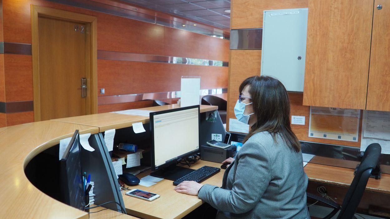 La recepcionista Cèlia Mora a l'Aparthotel del Golf ubicat a Valldoreix / Foto: Cugat Mèdia