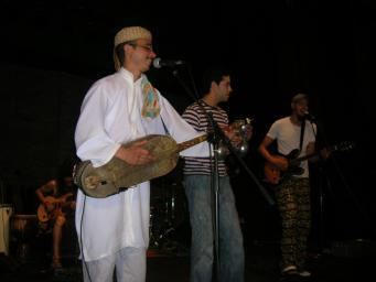 La 'Nit marroquina' llança un missatge d'integració amb el concert del grup Rif Gnawa