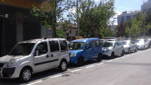 El carrer d'Abat Armengol amplia les places d'aparcament lliure per a cotxes i motos