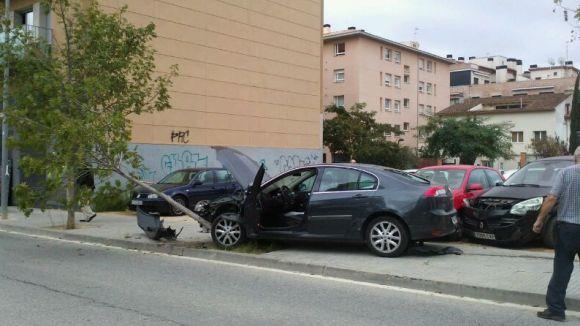Una noia es mareja i xoca contra quatre cotxes al carrer d'Abat Armengol