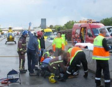 Un accident a l'AP-7 a l'altura de Sant Cugat provoca 10 quilòmetres de cua i un ferit greu