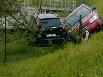 Un cotxe envesteix tres vehicles aparcats davant l'HGC i els fa caure per un talús