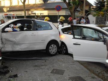 Cap ferit en un aparatós accident entre dos turismes a Mira-sol