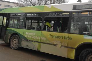 Un camió d'obres de l'Ajuntament envesteix un autobús urbà
